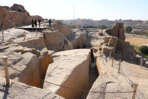 Der größte Obelisk der Welt im Assuan Steinbruch
