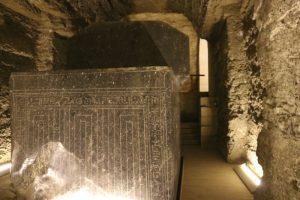 Riesige Sarkophage aus einem Stück in Sakkara