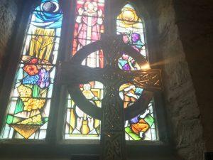 Das keltische Kreuz in einer kleinen englischen Kirche in Tintagel